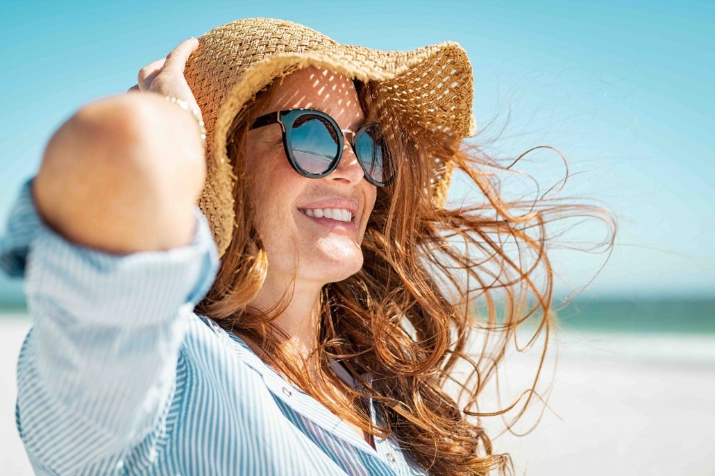 Mature woman with beach hat and sunglasses